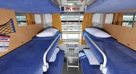 ヨーロッパ鉄道旅行入門旅行者に優しい「ヨーロッパ鉄道旅行」車窓の景色も「旅の思い出に」移動手段だって「観光スポット」日本では決してできない!「列車での国境越え」街の中心から街の中心へ時間もお金も節約できる「寝台列車」自分スタイルで旅行を計画できる鉄道旅行には「素敵な出会い」がたくさん!ヨーロッパ鉄道旅行を計画する時、まず必要なのは情報収集鉄道駅があることが分かれば、次に考えたいのが旅程やスケジュール予約必須 〜必ず事前に予約が必要な列車〜任意予約 〜予約できるけど乗車券だけでも乗れる列車〜予約不可 〜近郊列車、ローカル列車などは予約できません〜特等1等2等乗降ドア座席食堂車荷物置き場デラックス(グランクラス)寝台エコノミー(クラブクラス)寝台クシェット(簡易寝台)および座席包括チケット区間乗車券座席指定券(寝台など含む)パスホルダーチケット(鉄道パス保持者用割引チケット)大都市の場合、駅は一つとは限らない!改札なし!そのままホームへ発車ホームを探そう!正しい車両を見つけよう!乗車&座席を見つけよう!車掌による検札荷物について下車駅は自分で確認車内でのあれこれヨーロッパ鉄道乗車券を検索